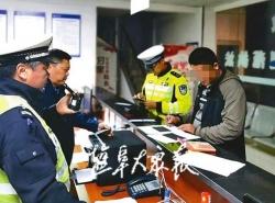 """交警3天查获5辆""""百吨王"""" 警方""""梳网清格""""再升级,全面梳清道路交通安全隐患"""