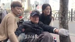 八旬老人街頭跌倒,扶還是不扶? 倆市民用行動做出回答