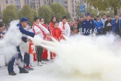 消防车开进校园 4700名小学生齐上消防课
