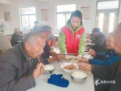 """养老服务中心笑声欢 志愿者做饭孝敬""""父母"""""""