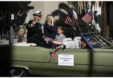 美国旧金山湾区举行退伍军人纪念日游行