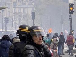 ?巴黎警方逮捕上百名暴力示威者