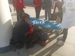 旅客突发疾病瘫倒在地 盐城铁警紧急救助