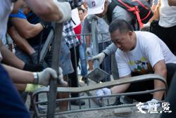向暴力說不!香港市民自發前往港大清理路障