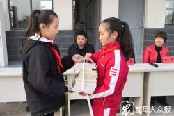 千余册图书捐赠留守儿童,市实验小学将阅读名师服务延伸到村小
