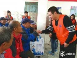 """志愿者走访慰问34家敬老院 近三千名老人收到""""孝心礼包"""""""