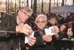 三名南京大屠杀亲历者后代首次相聚南京 共剪和平之花