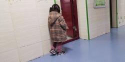 """4岁女孩教室外""""罚站"""",背后的故事引网友怒赞"""