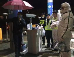 """【暖新闻】寒雨夜,两位""""陌生人""""给高速路口的他们送来奶茶……"""