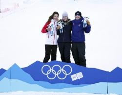 谷爱凌冬青奥会滑雪技巧摘银,赛后第一件事:写作业