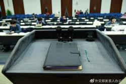 """中国外交部发言人如何做到百问不倒?发办揭秘""""台前幕后"""""""