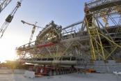 足球——中国承建卡塔尔世界杯主体育场主钢结构合龙