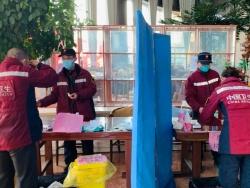 """真的不容易!武汉前线医疗队回驻地需过十几道""""关"""""""