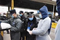 山東青島:高速路口防疫忙