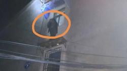 80多歲老人被困二樓雨棚,民警迅速趕至成功救助