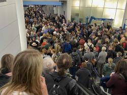 英媒:没有消毒措施、无防疫指导,多个美国机场旅客拥堵