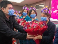 鮮花蛋糕送給女醫療隊員