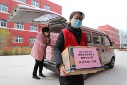 东台镇一企业捐赠消毒液助校复学