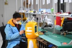 研发防疫机器人 助力复工复产