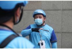 """上海:忙碌的""""無聲騎手""""龔劍華"""