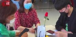 众视丨新人扎堆520结婚 婚姻登记排队火爆