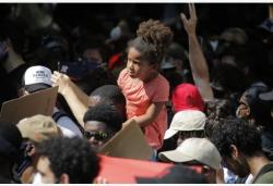 美国休斯敦举行纪念游行
