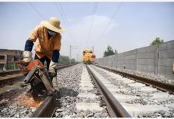 铁路换枕 护航暑运