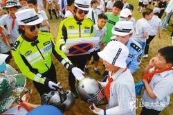 """警方开直播、赠头盔、童音提示、送教上门""""一盔一带""""宣传引导行动快"""