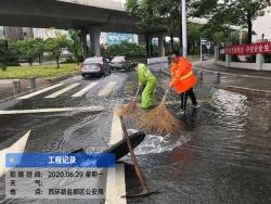 应对暴雨天气  连夜防汛排涝