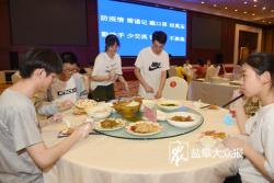 """记者探访""""高考第一餐"""":一桌5个人9菜1汤吃完可加"""