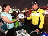 """交警赠送头盔 安全从""""头""""做起"""
