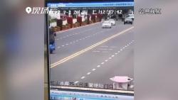 现场视频:贵州安顺公交车坠湖瞬间