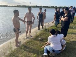 女孩游玩不慎掉落河里,4男子奋不顾身相救的模样真帅