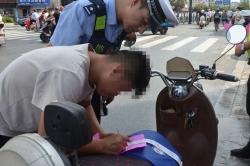 騎電動車不戴頭盔 交警開出第一張罰單