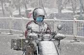 山东烟台迎今冬首场降雪