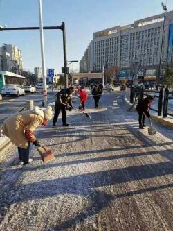 五星街道干群走上大街小巷鏟除冰雪保平安