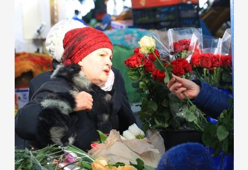 """白俄罗斯:鲜花热销迎""""三八""""妇女节"""