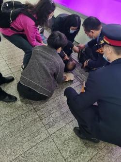 乘客突发脑梗塞晕倒南京火车站 两龙8app下载护士挺身而出救助扬美名