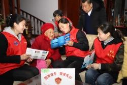 东台镇:百岁之家五代人同看央视《护航之道》专题片