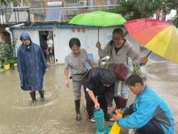 东台镇:5000多干群冒雨排捞降渍保农田保家园