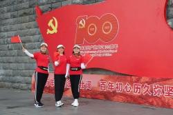 东台镇:百名社区党员徒步庆七一贺百年