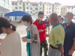 """穿军装的""""红马甲""""  ——军校学员朱乐阳不一样的暑假生活"""